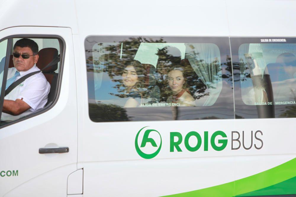 Dos invitadas dirigiéndose en autobús hacia la boda.