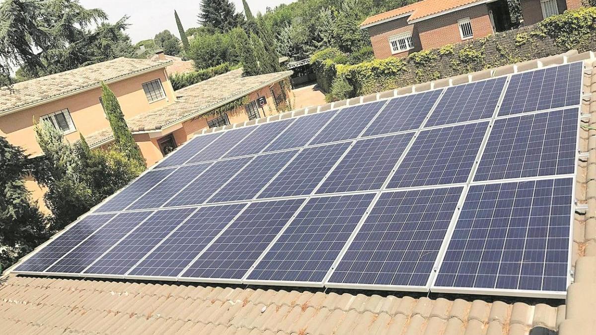 Plaques solars al sostre d'un habitatge