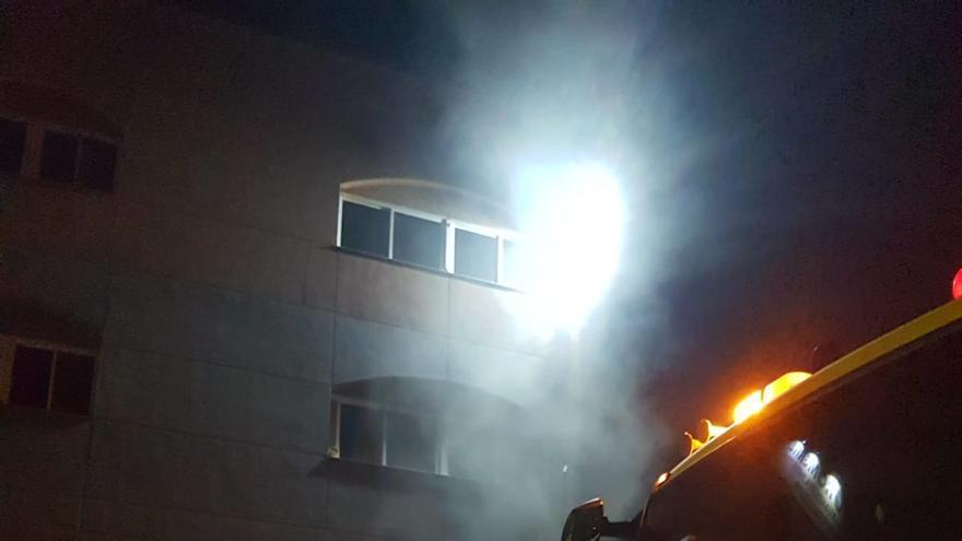 Un incendio en una lavandería de Arinaga calcina 22 carros de ropa