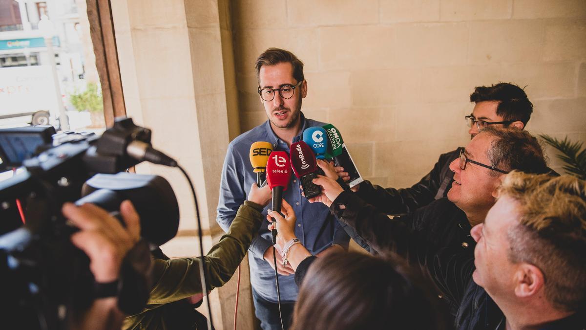 Sergio Rodríguez, atendiendo a los medios en el Ayuntamiento