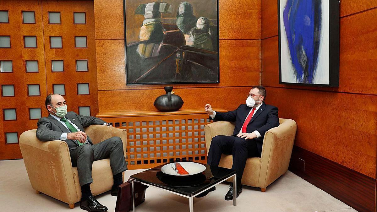 Ignacio Sánchez Galán (izquierda) y Adrián Barbón, ayer, en la sede de la Presidencia de Asturias. | Armando Álvarez
