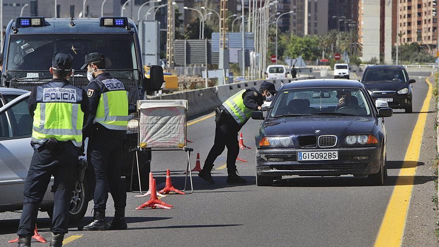 Control policial en València el pasado mes de marzo durante el estado de alarma. | DANIEL TORTAJADA