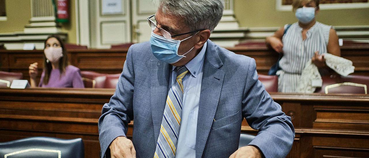 Julio Pérez cierra su mochila momentos antes de ocupar su escaño en el Parlamento de Canarias. | | ANDRÉS GUTIÉRREZ