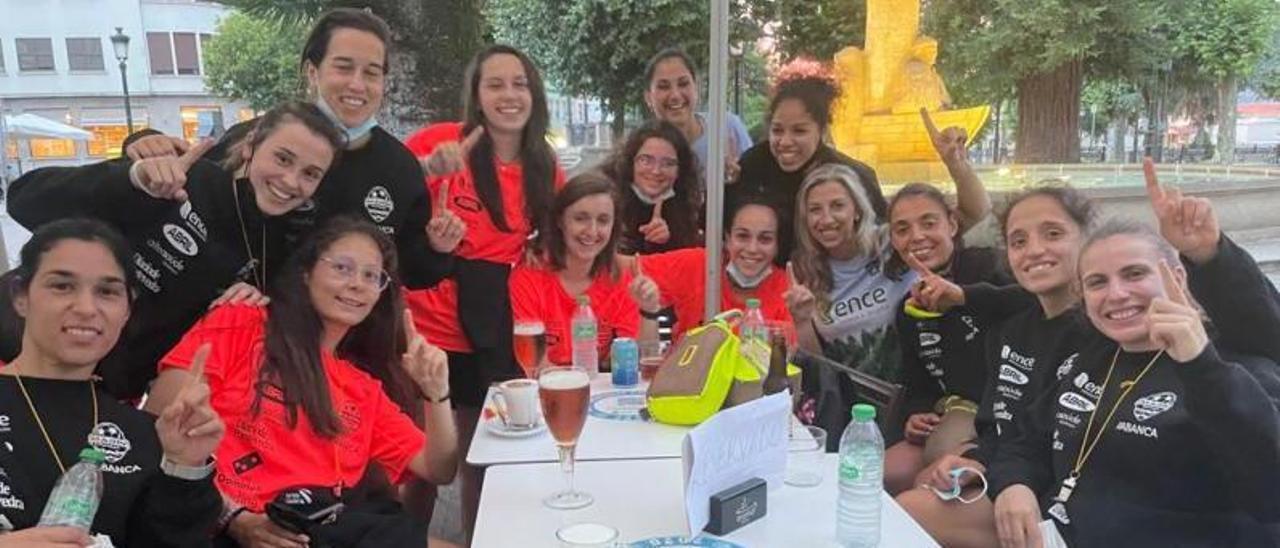 Araceli Otero, al fondo a la derecha con sus jugadoras.    // FDV