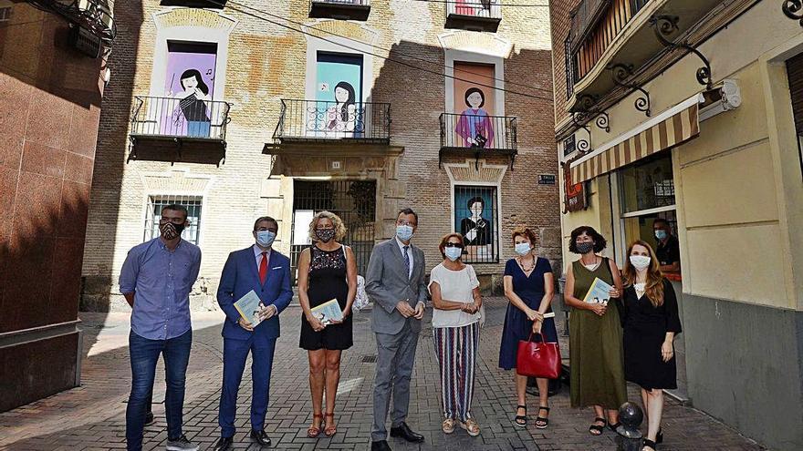 Catorce pioneras murcianas se 'asoman' por las ventanas del Palacio de Santa Quiteria