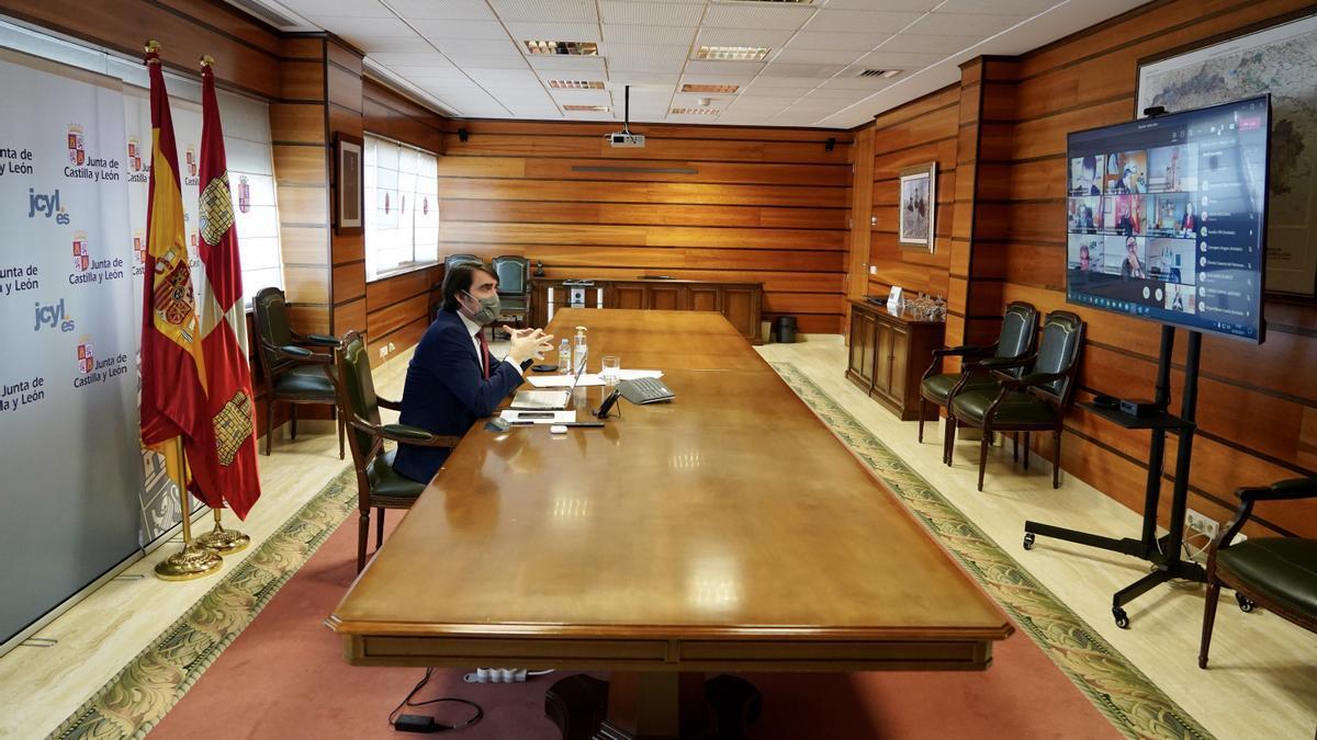 El consejero de Fomento y Medio Ambiente, Juan Carlos Suárez-Quiñones en una videconferencia sobre el lobo