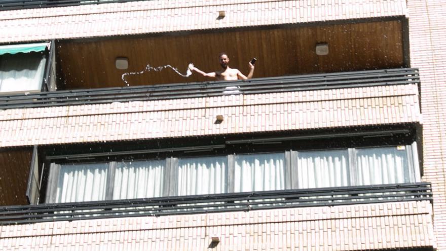 Un hombre boicotea la manifestación del 8M en Alicante lanzando agua desde un balcón e increpando a las participantes