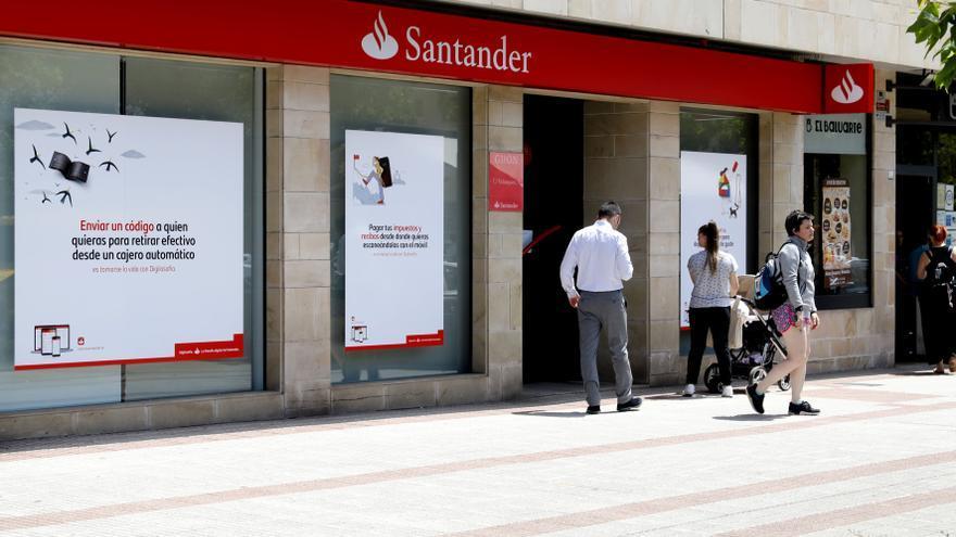 El Banco Santander creará en Oviedo un centro operativo para recolocar a personal excedente por el cierre de oficinas