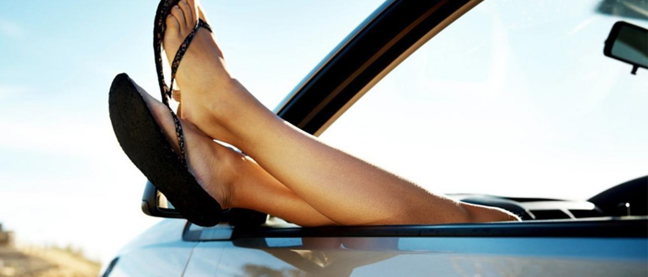 Conducir con chanclas, sin camiseta o con el codo fuera: ¿Me pueden multar?