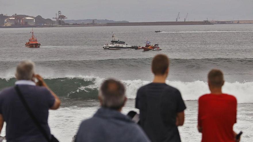 Fallece un pescador y otro resulta herido al naufragar su lancha en Gijón