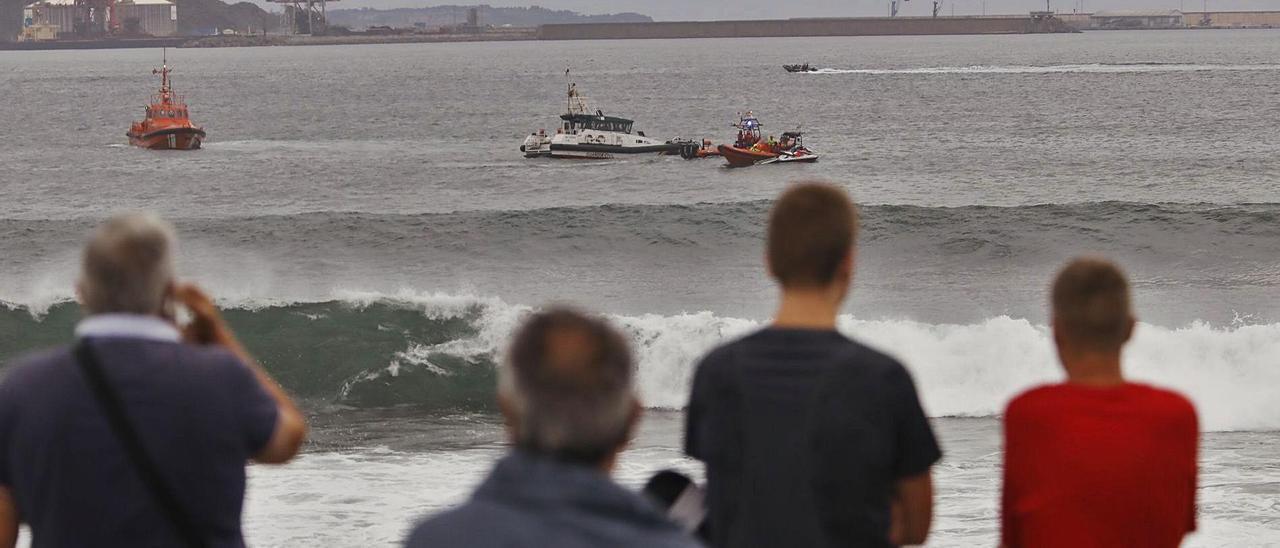 Embarcaciones de la Guardia Civil, Cruz Roja y Salvamento buscan al tripulante fallecido. | Marcos León