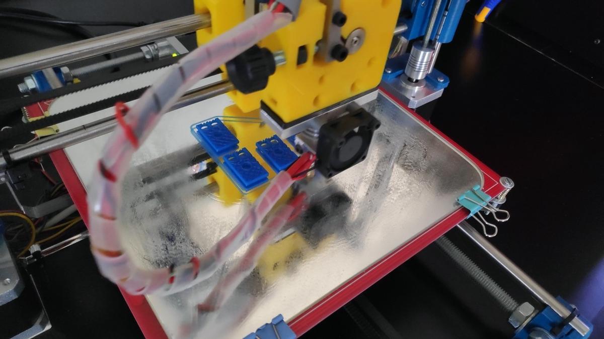 Impresora 3D produciendo piezas de musicografía Braille. / E. P.