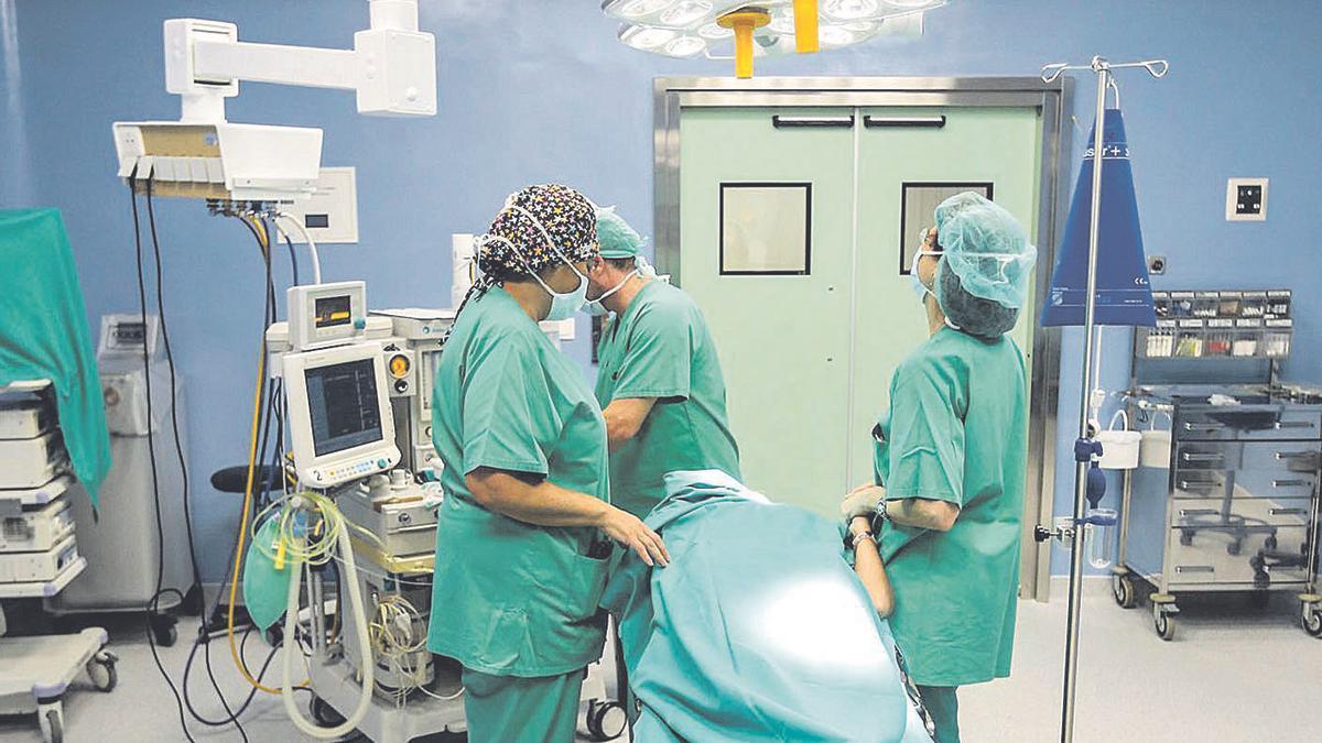 Un equipo quirúrgico opera a un paciente en un hospital de la provincia.