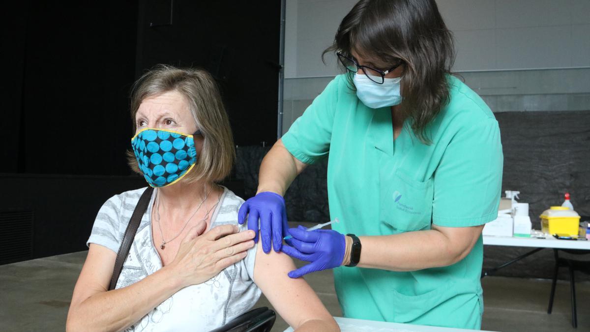 Una dona rebent la vacuna a l'Escala