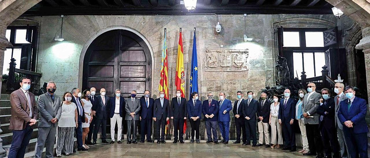El presidente Ximo Puig se reunió ayer con los cónsules de 26 países en el Saló de Corts del Palau.