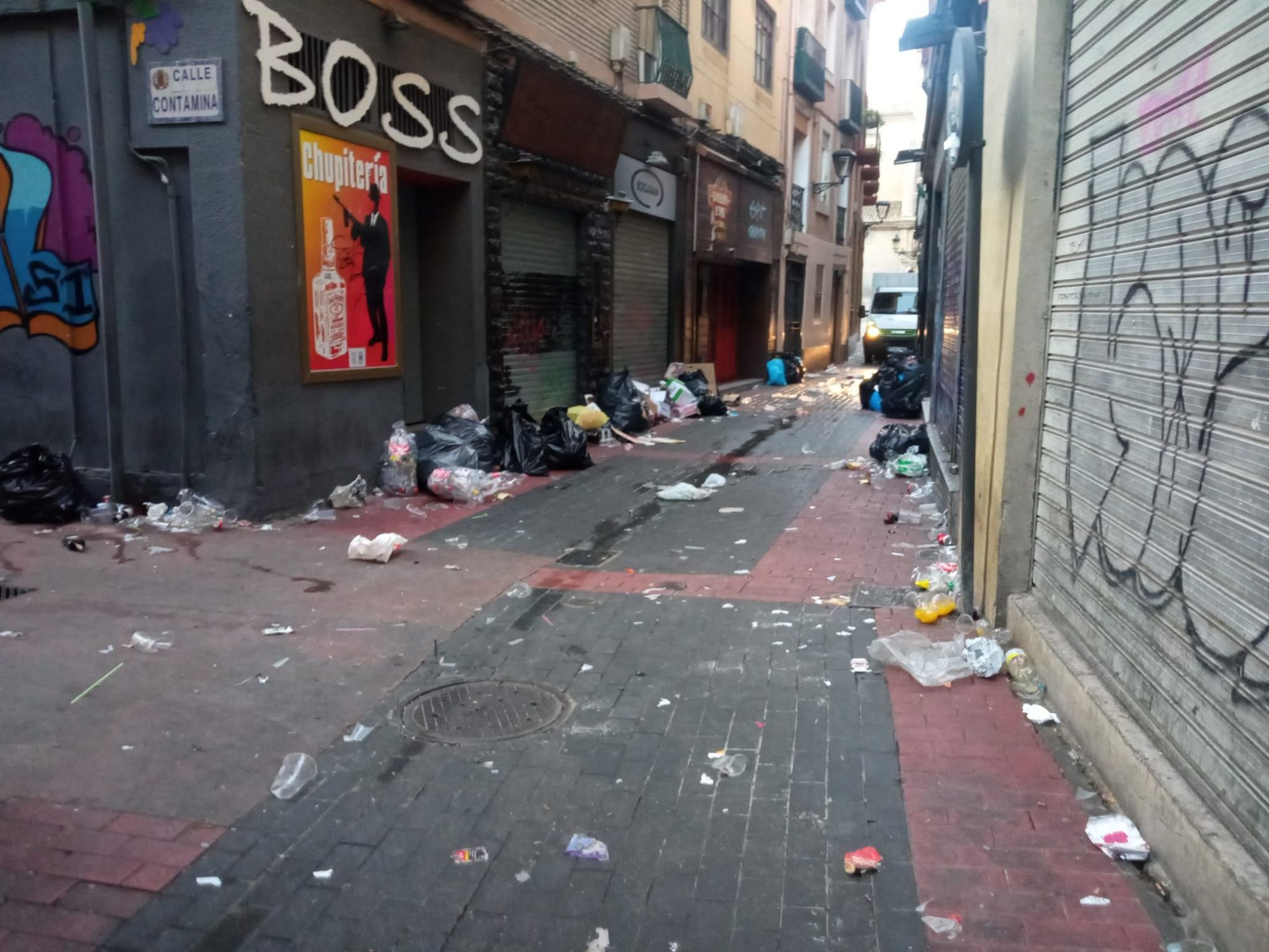 Los botellones del domingo de las fiestas del Pilar dejan restos en la plaza de la Justicia y la calle El Temple