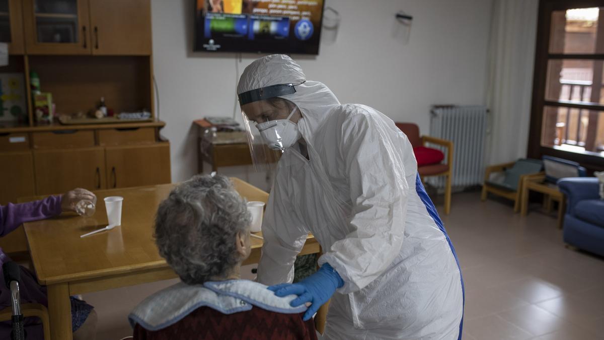 Enfermera en una residencia de ancianos