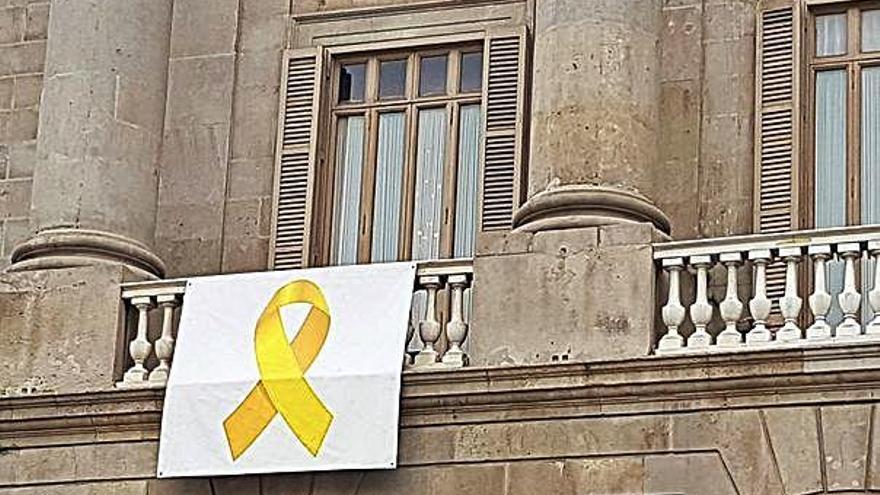 Un jutjat de Barcelona insta l'Ajuntament a retirar el llaç groc dels edificis públics
