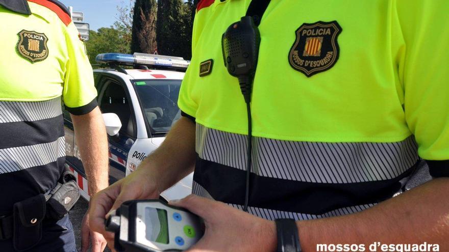 Enxampat a Riudellots un conductor molt begut que portava un combinat preparat i whisky al seient del copilot