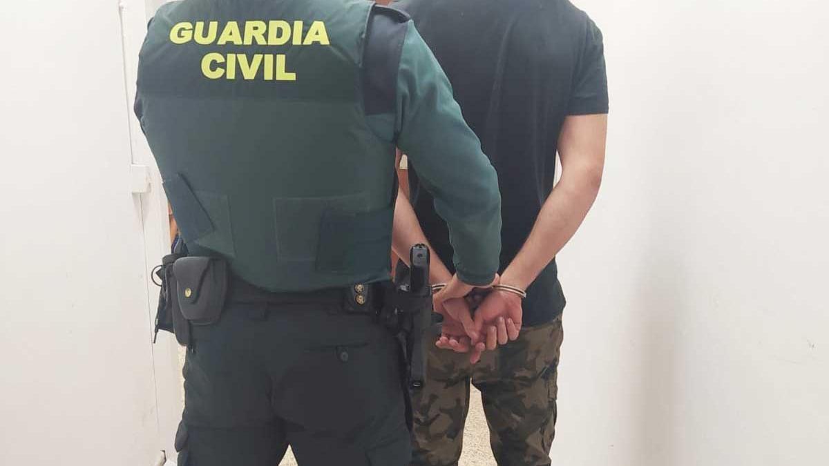 Agentes de la Guardia Civil llevan detenido al presunto autor del robo y la agresión.