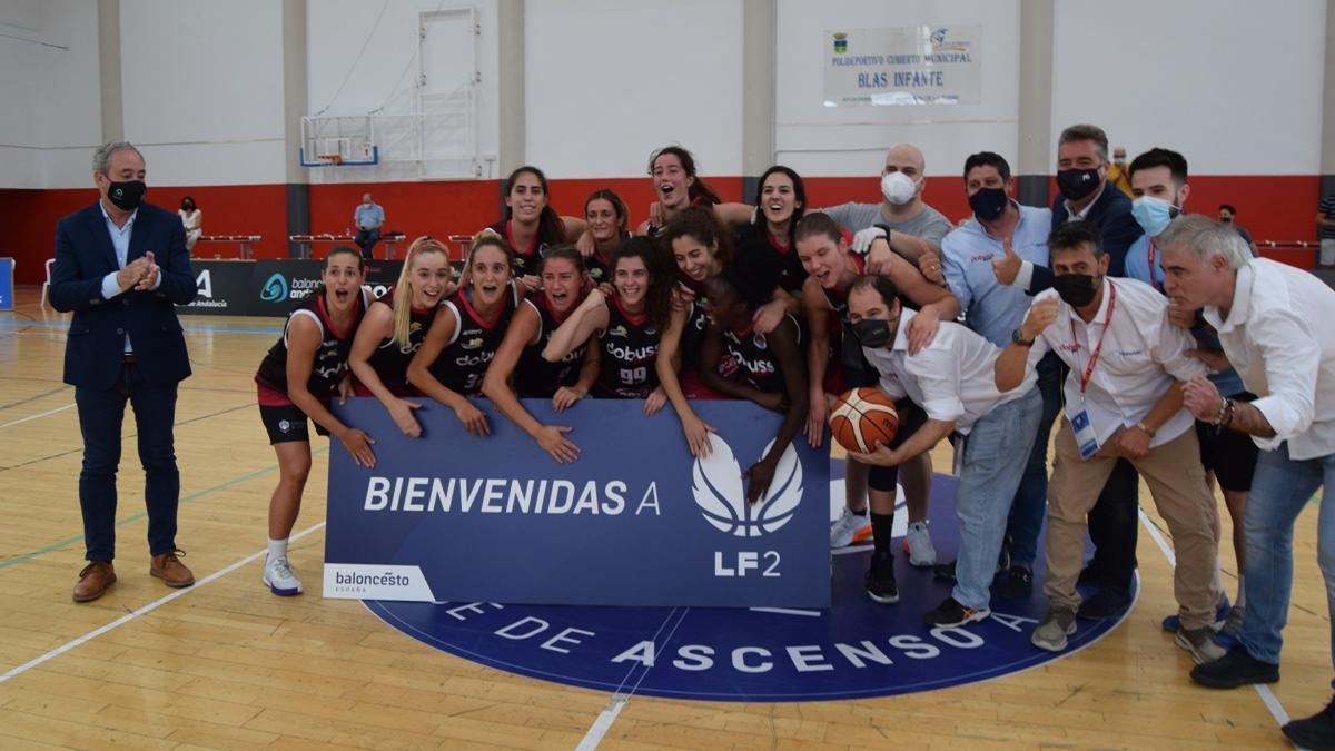 El Dobuss Córdoba celebra el ascenso a la Liga Femenina 2 de baloncesto.