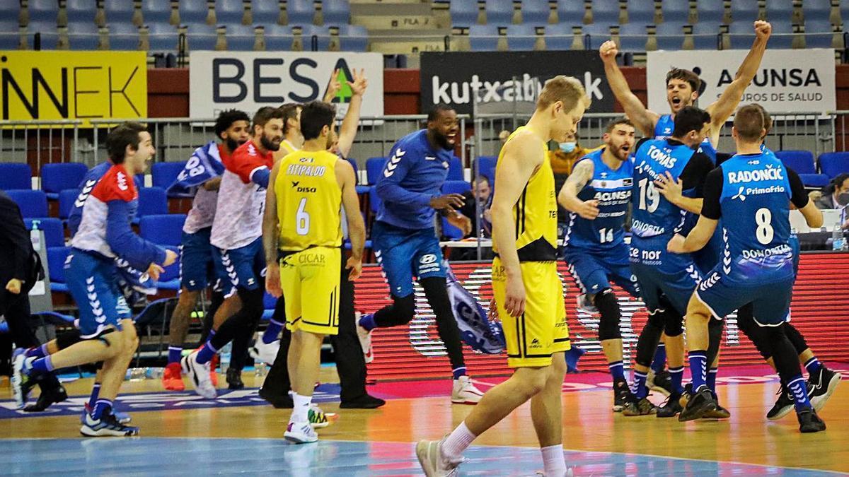 Fitipaldo y Salin, cabizbajos en medio de la celebración de los jugadores del Acunsa en el duelo de San Sebastián.