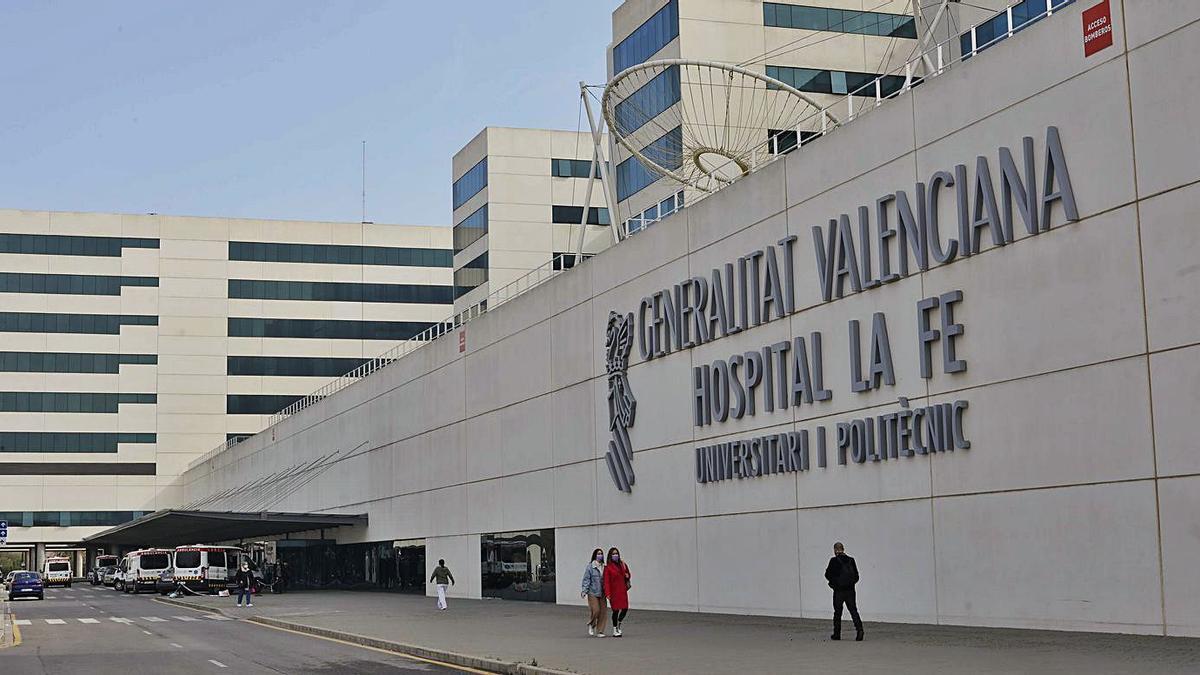 El pequeño permanece ingresado en la Unidad de Pediatría del Hospital La Fe.   MIGUEL ÁNGEL MONTESINOS