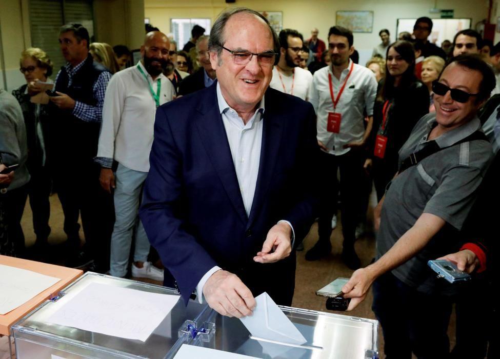 Ángel Gabilondo, acude a votar a un centro de ...