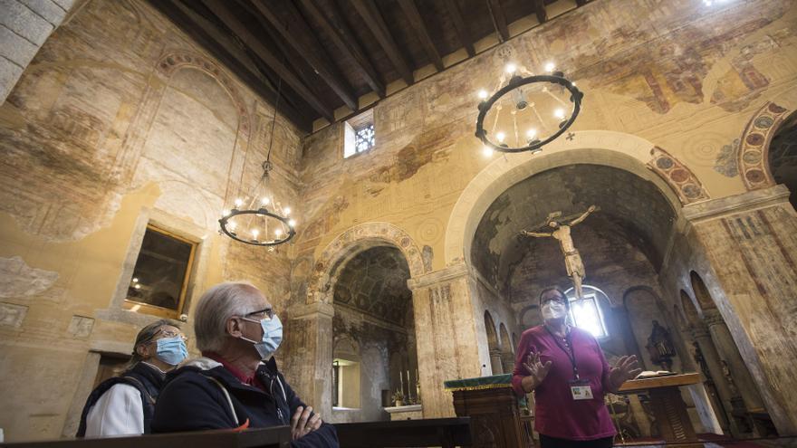 """Así son las visitas guiadas a San Julián de los Prados, la otra pata de la exposición """"Santullano, viaje al siglo IX"""""""