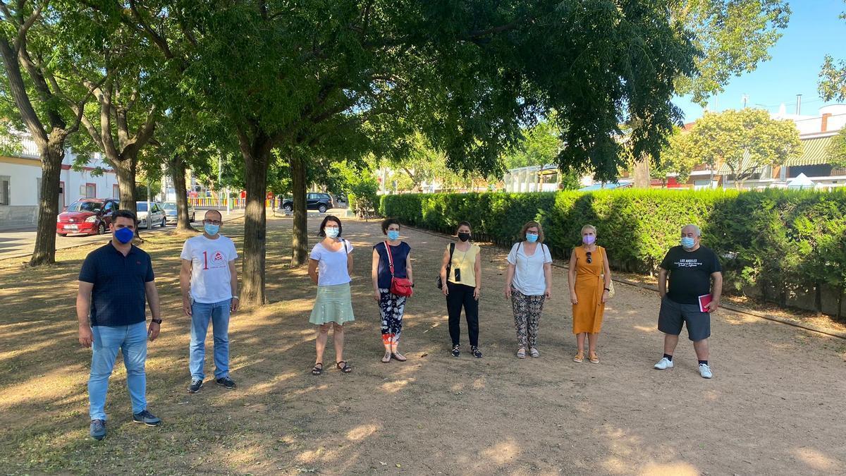 Concejales de IU con los representantes de la barriada de Acolea.