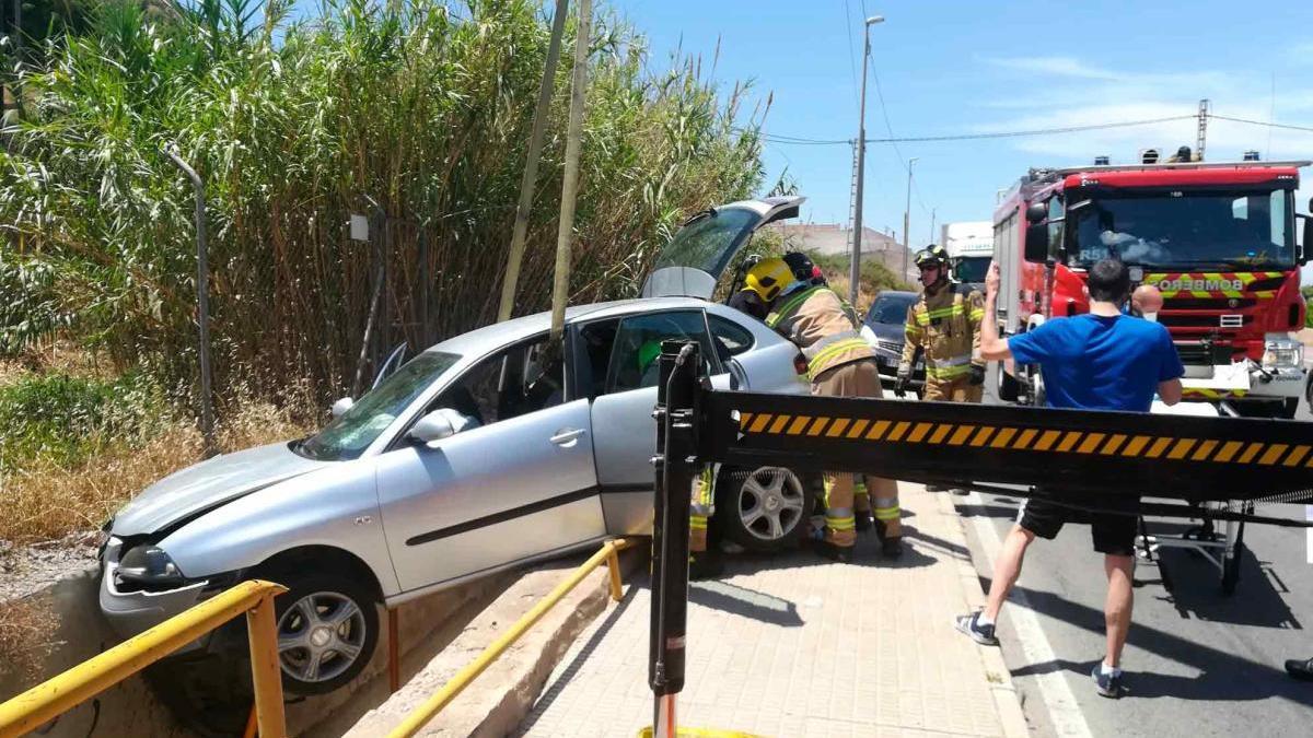 Herido un hombre de 70 años tras salirse de la vía y encajar el coche en una acequia