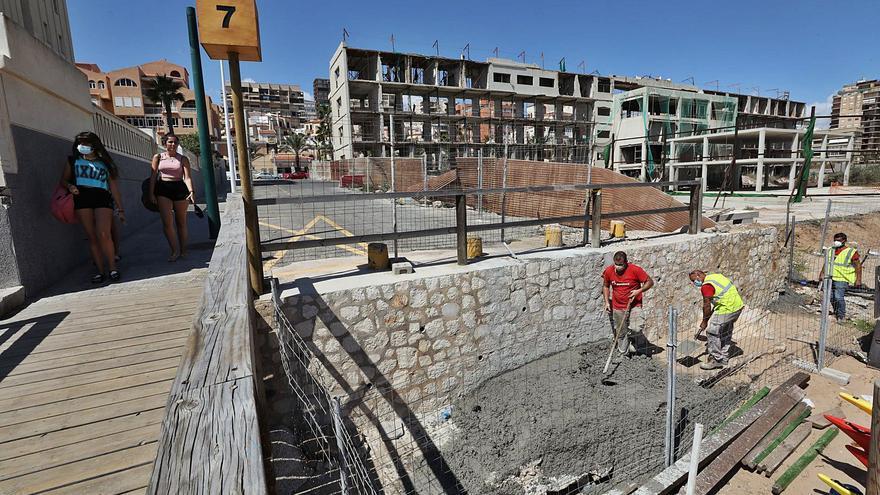 Los vecinos de Arenales piden ejecutar el derribo del hotel tras el verano para evitar molestias