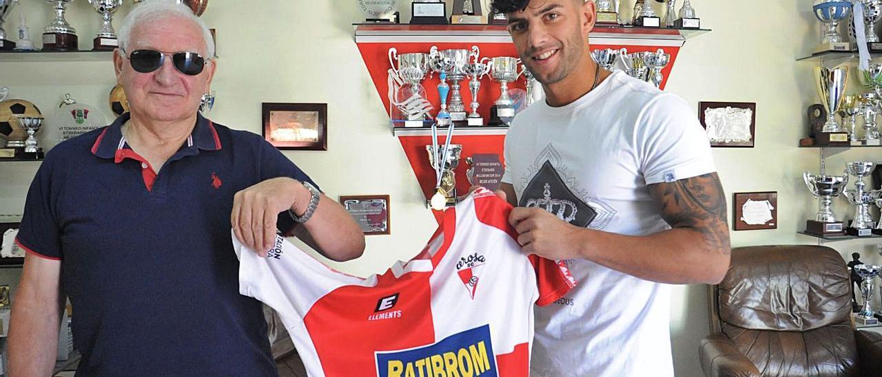 Carlos Pacheco, el día que fue presentado como jugador del Arosa junto al directivo Ramón García. |  // I.A.