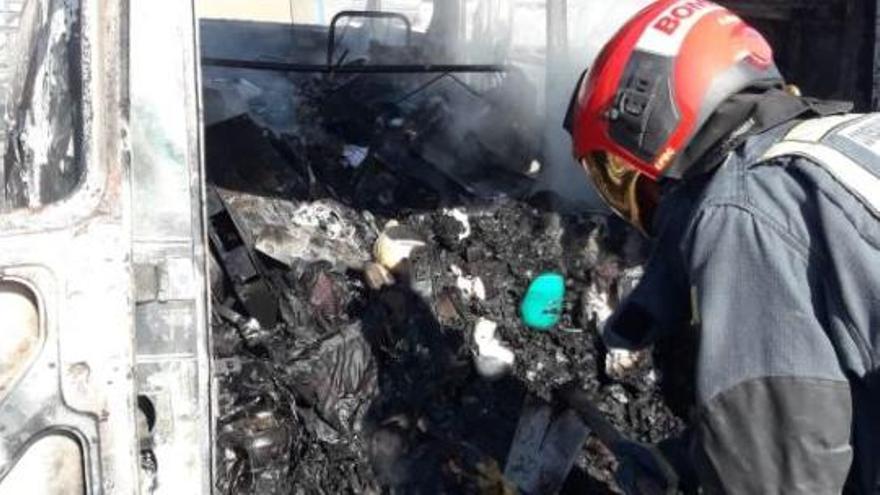 Un bombero refresca el interior de la furgoneta