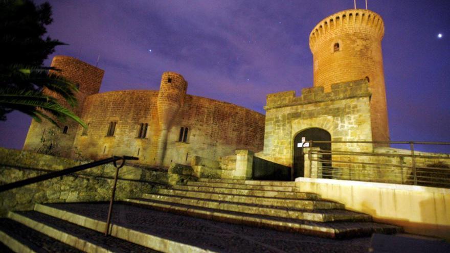 Castell de Bellver leuchtet in Regenbogenfarben