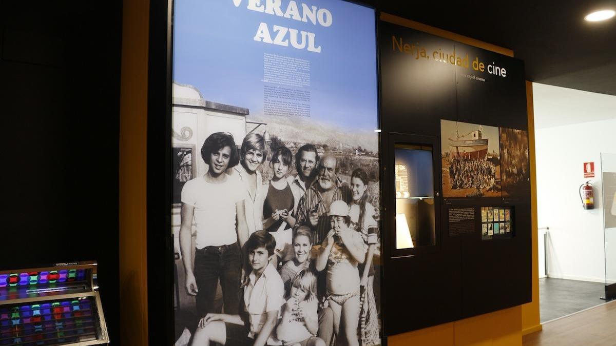 Un panel de 'Verano azul' en el Museo de la Cueva de Nerja.