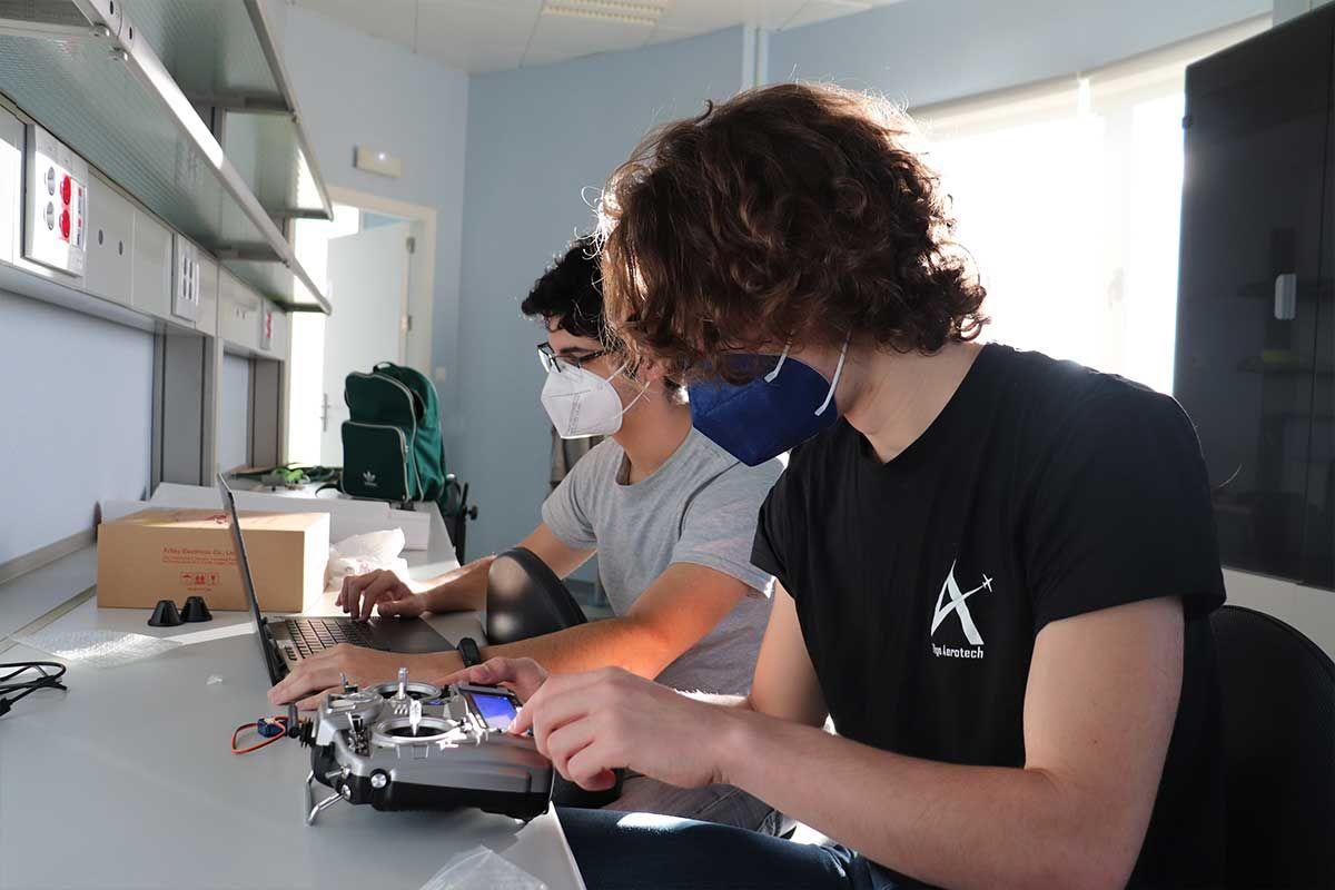 Miembro trabajando en la electrónica