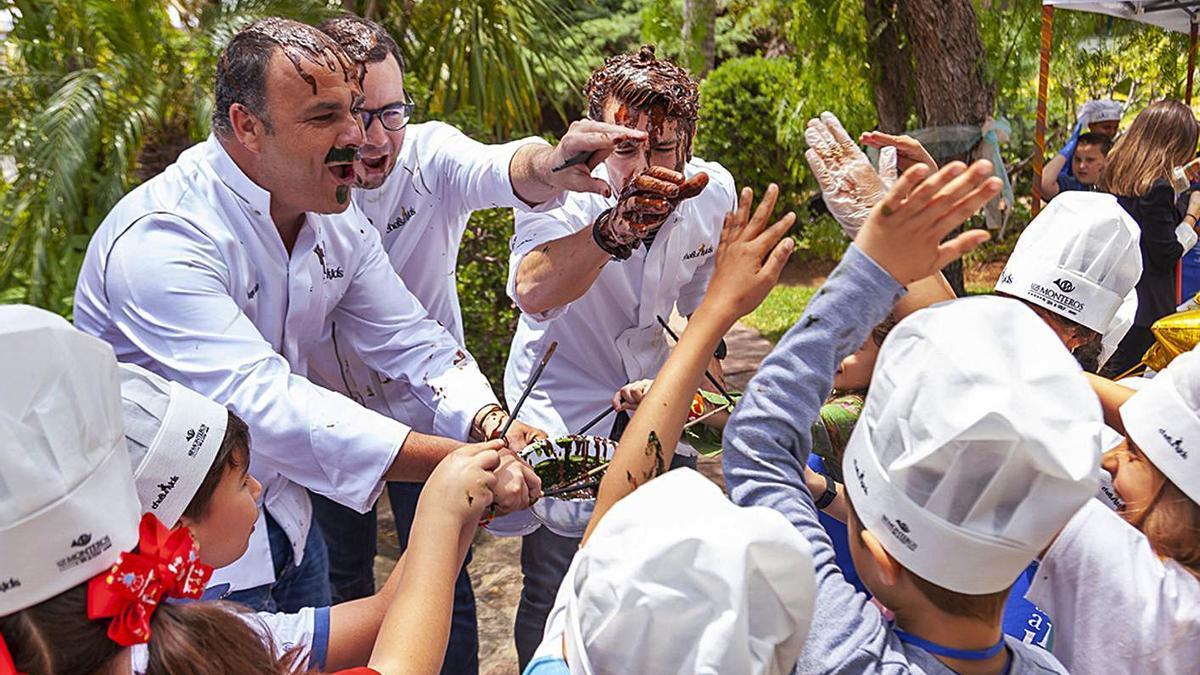 Varios chefs y niños hacen chocolate en una de las anteriores ediciones de los talleres.