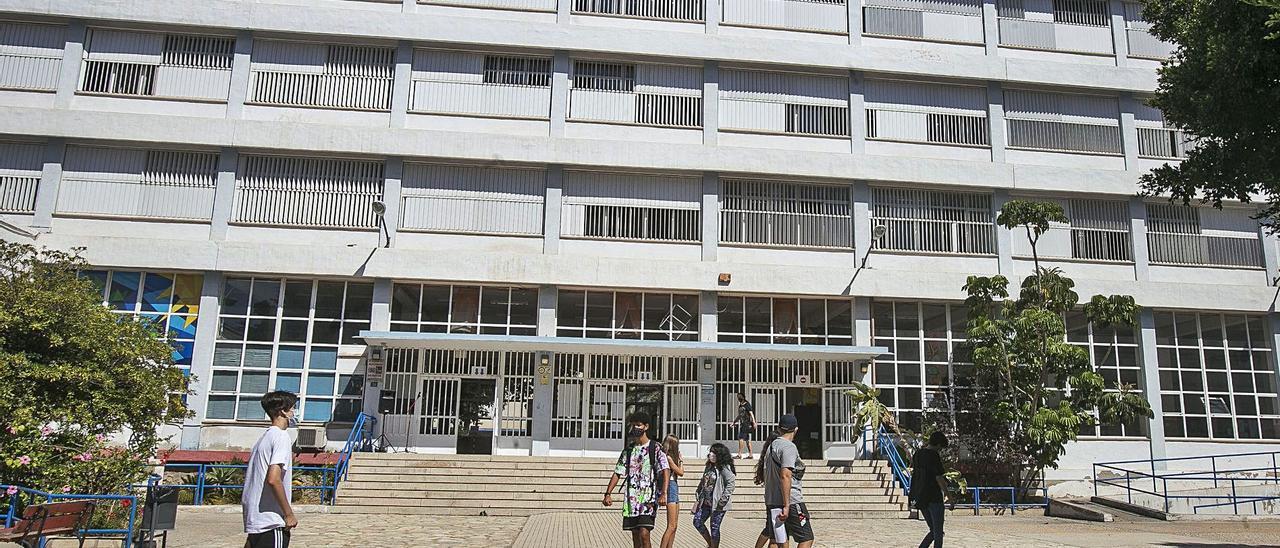 Alumnado con mascarilla en el acceso al Instituto Cavanilles de ESO, Bachillerato y Formación Profesional. | HÉCTOR FUENTES