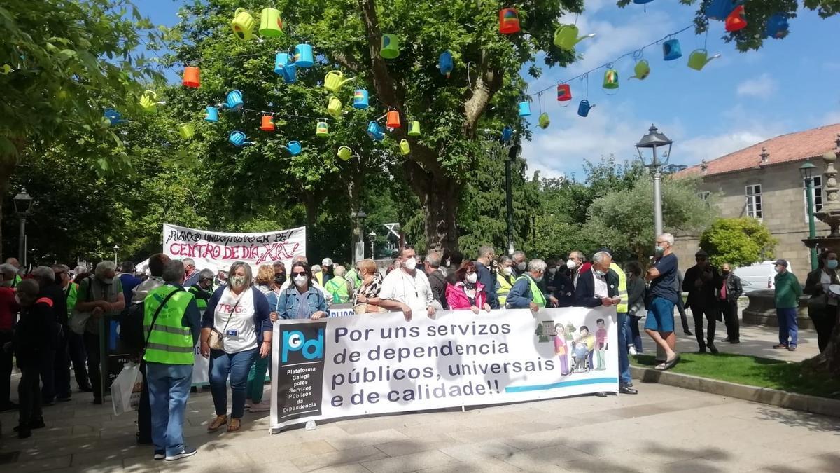 Manifestación convocada en Santiago de Compostela por Modepen a favor de las residencias de mayores públicas.