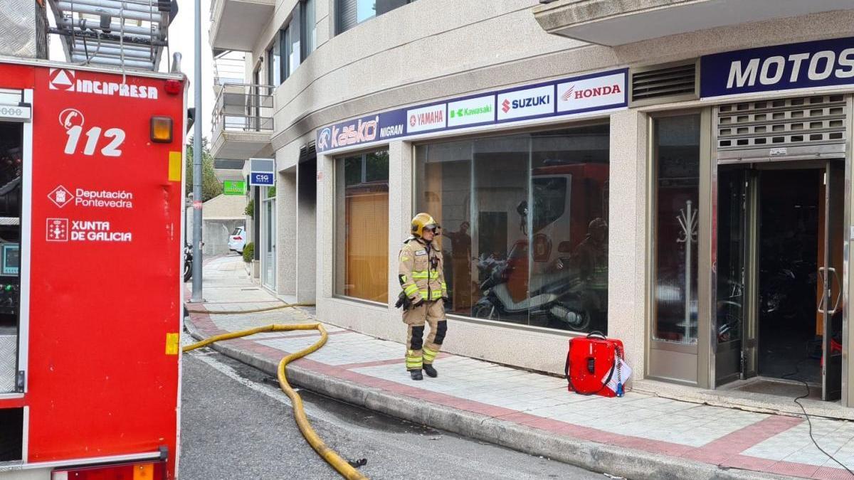 El incendio se registró en el bajo de un edificio en la Calle Val Miñor. // FdV