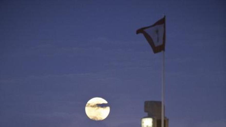 La impresionante imagen de la superluna sobre Gijón