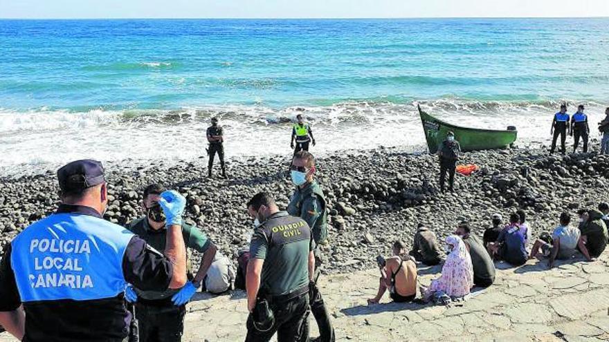 Rescatan una embarcación con 51 inmigrantes a bordo de dos pateras cerca de Gran Canaria