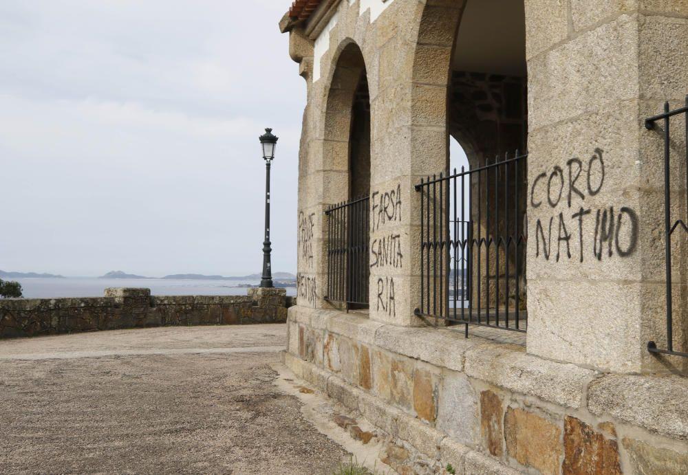 """""""Pademia mentira"""" y """"farsa sanitaria"""" son algunas de las frases que pueden leerse en las paredes. // Alba Villar"""