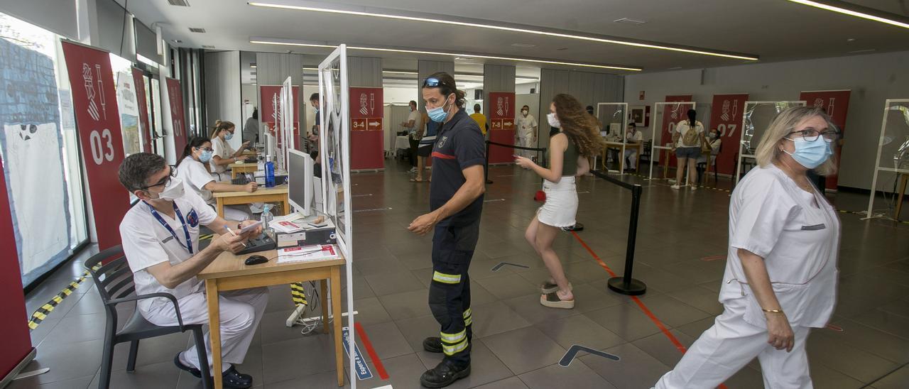 Vacunación el pasado día 7 de efectivos de seguridad en el centro de mayores de Sant Joan