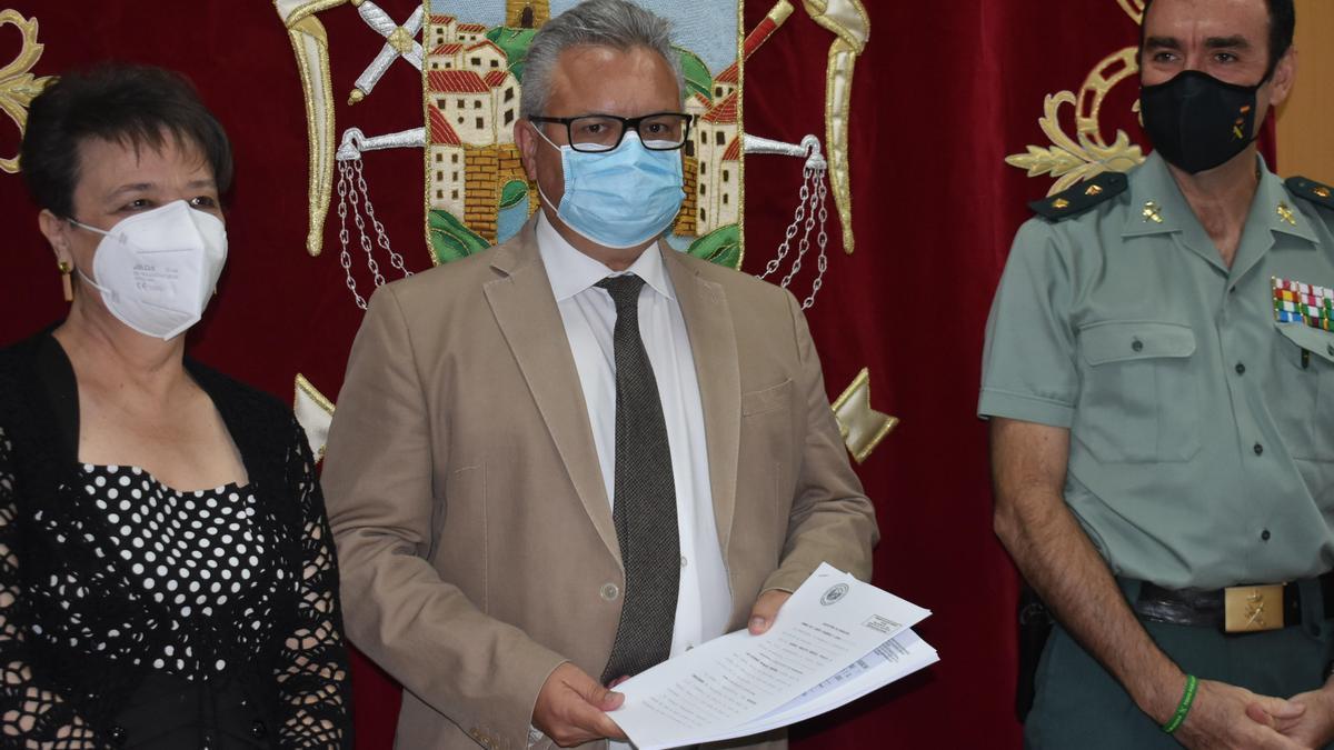Rafaela Valenzuela, Esteban Morales y Juan Carretero, durante el acto de la firma de la permuta.