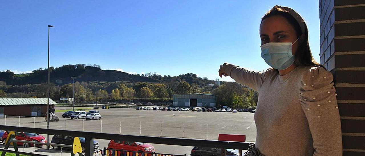 Leticia Villanueva señala la parcela donde está previsto el punto limpio. | A. I.