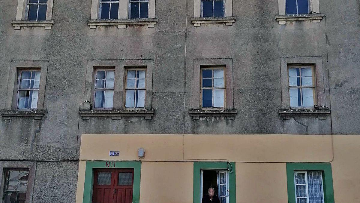 Felisardo Barros, ayer, asomado a la ventana de su casa de Betanzos, la única habitada del edificio.