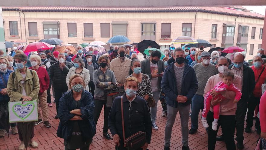 """Toro reclama una sanidad pública """"digna"""" con una concentración en el centro de salud"""