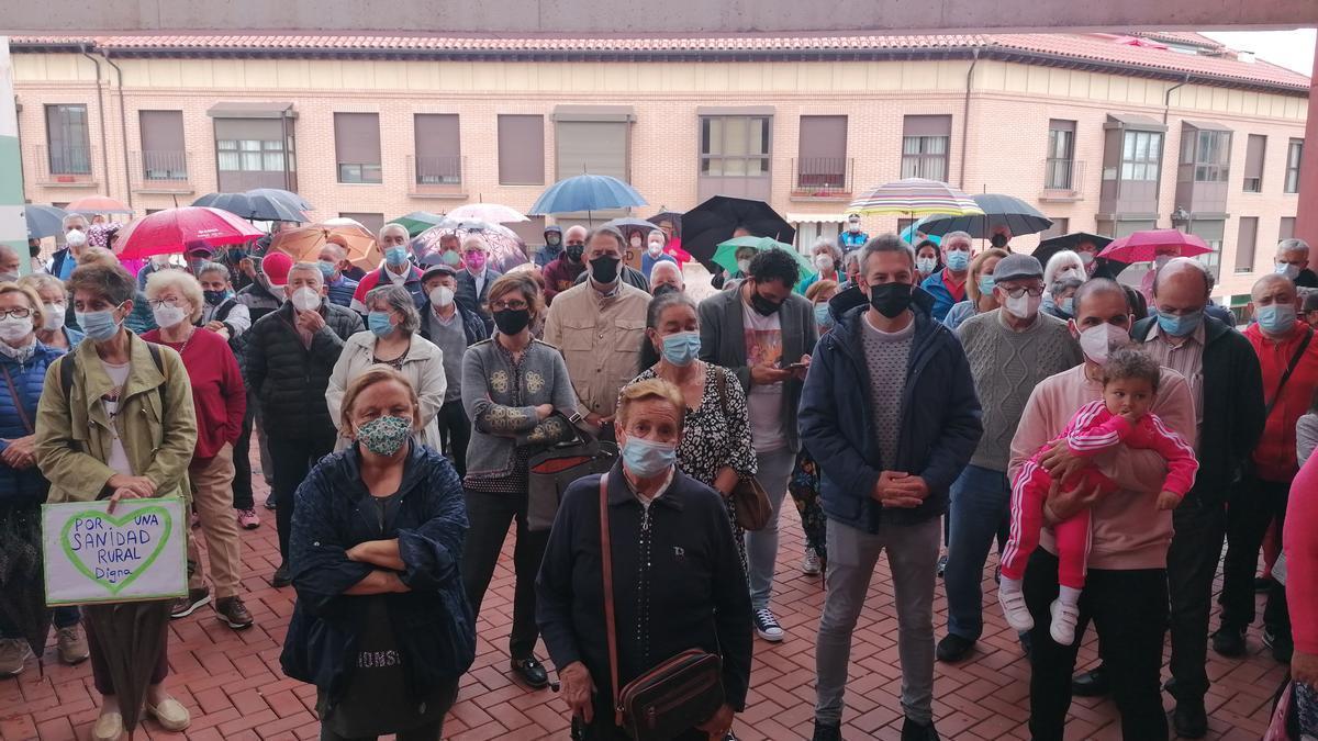 Vecinos de Toro y municipios del alfoz se concentran en las inmediaciones del centro de salud